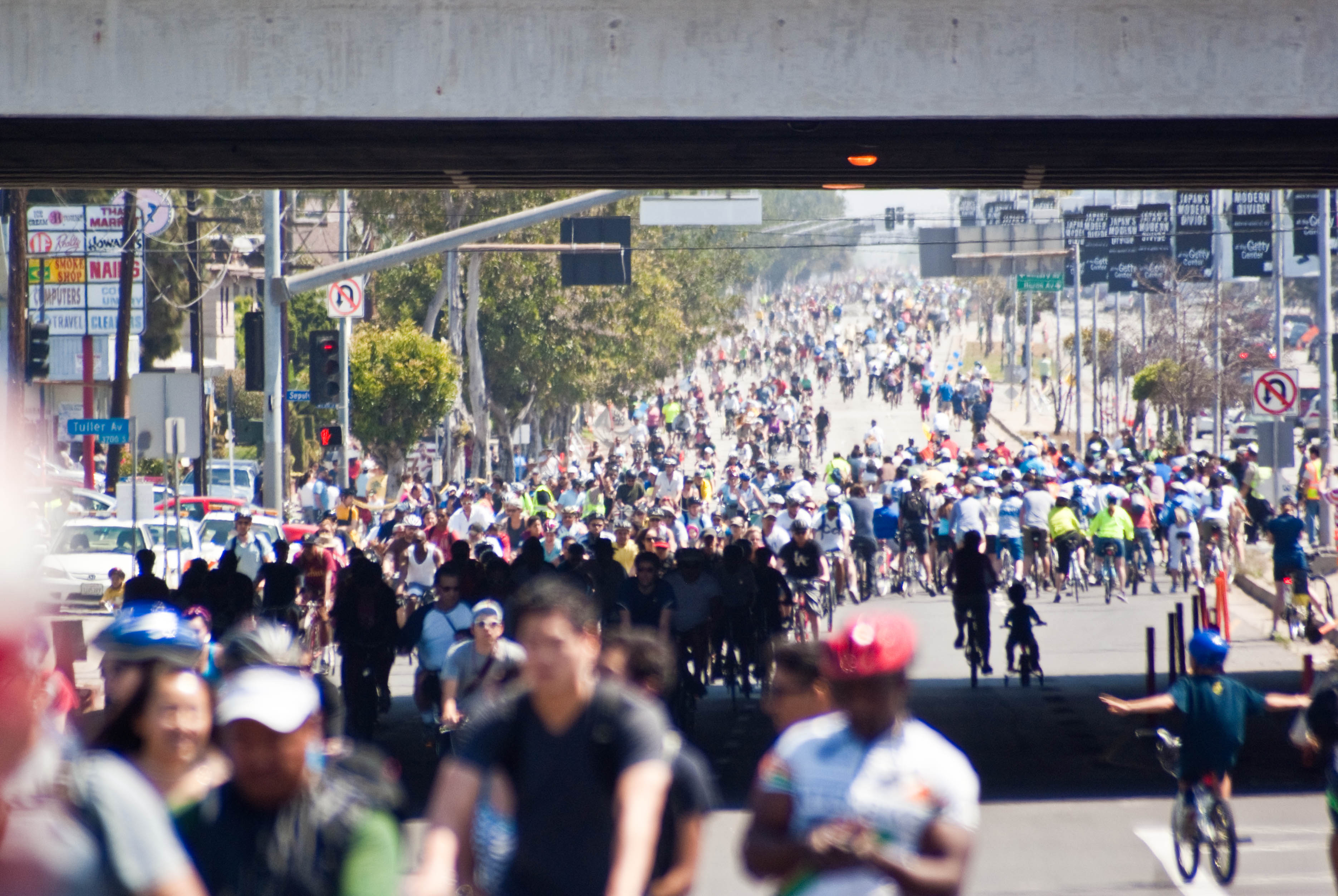 20181 CicLAvia passes under the 405 San Diego Freeway on Venice Blvd