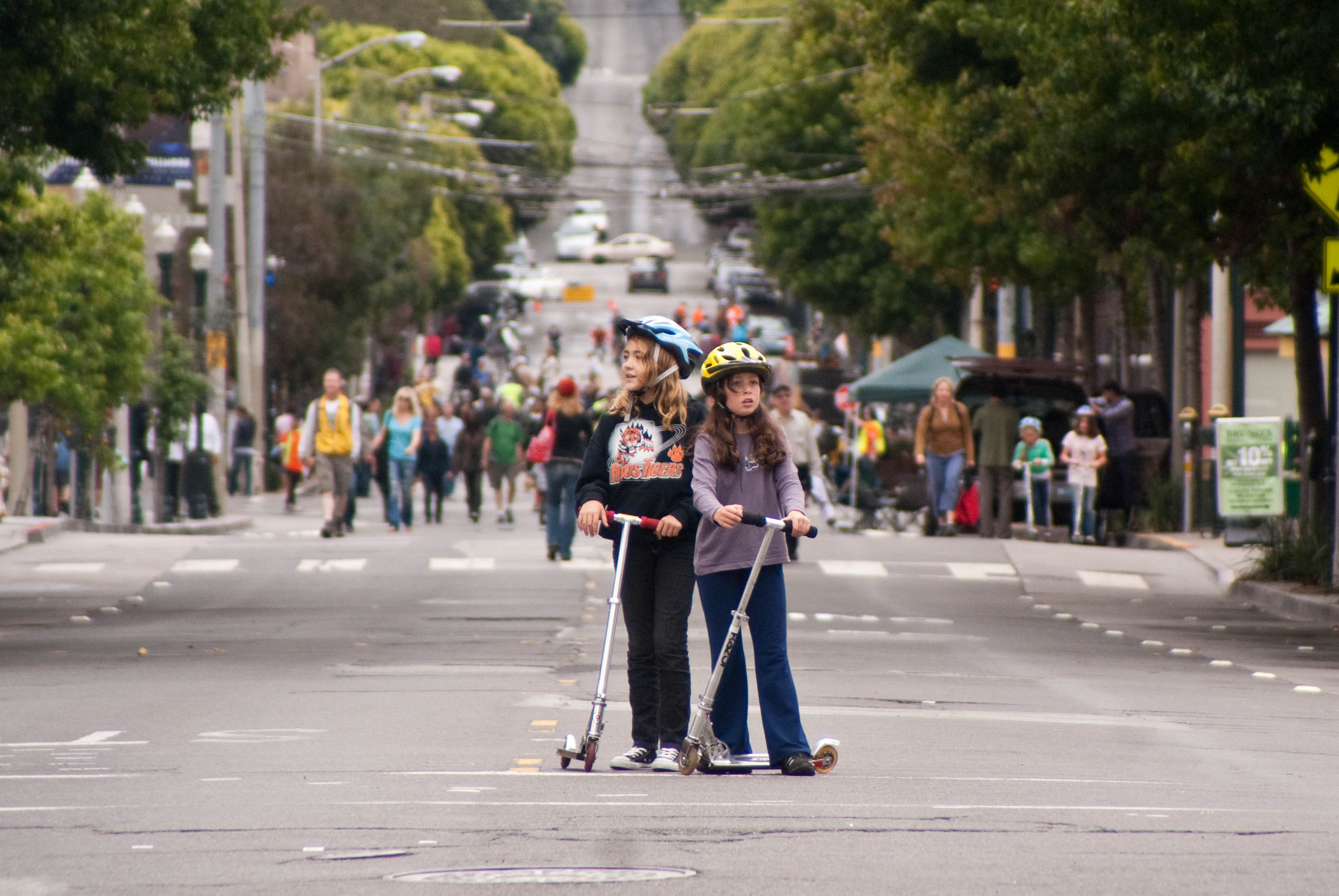 12927 Girls on scooters figure out where to go next from Fillmore at O'Farrell